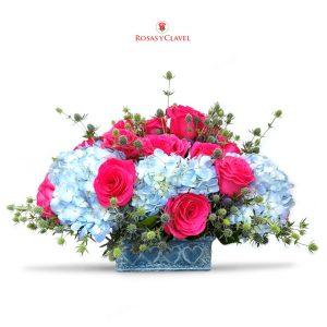 Jardinera con Hortensia celeste y rosas fucsia