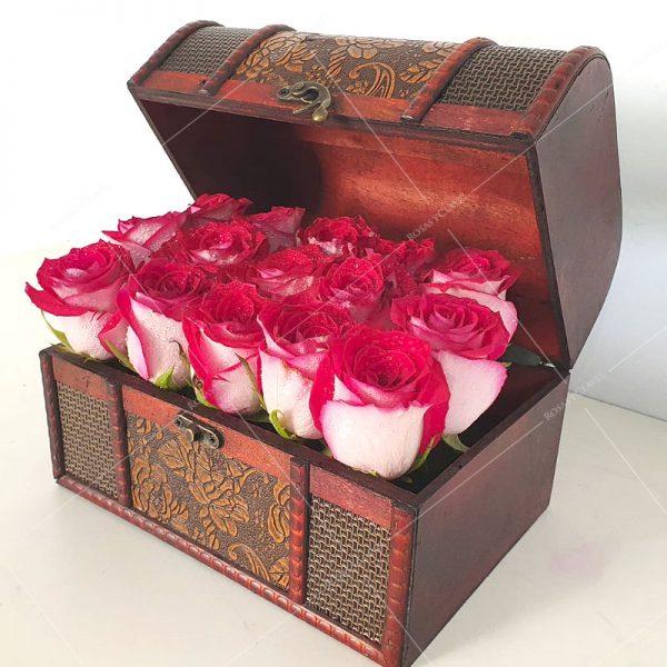 Baúl con rosas rojas matizadas