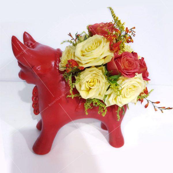 Torito rojo de Pucará con rosas amarillas y naranjas