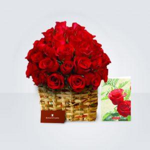 Box hecho de papel periodico y arreglo de rosas rojas