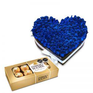 Corazón con rosas azules más bombones