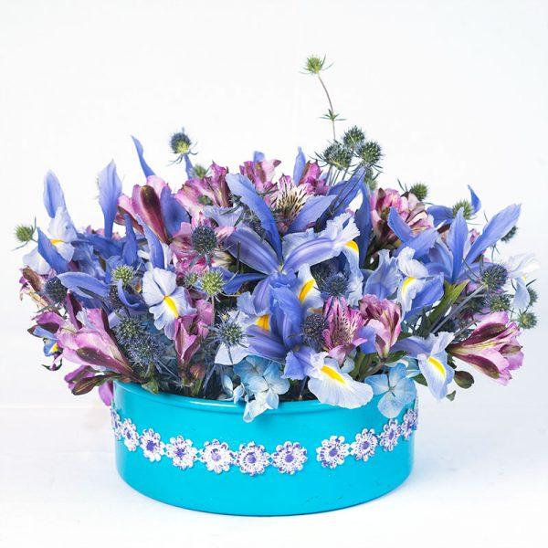 Arreglo circular con 24 iris y astromelias lila