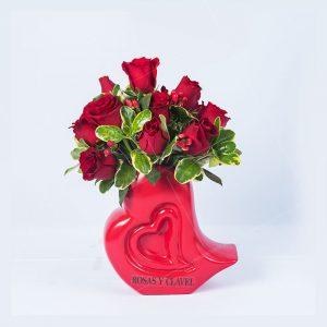 Corazón abstracto con 18 rosas rojas