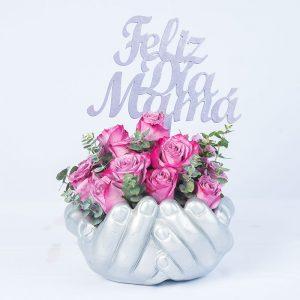 Escultura de manos cruzadas con 15 rosas lilas