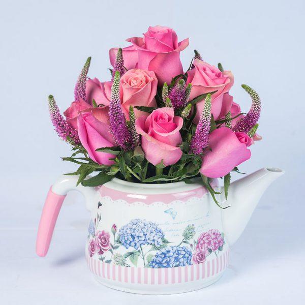 Tetera con 15 rosas rosadas