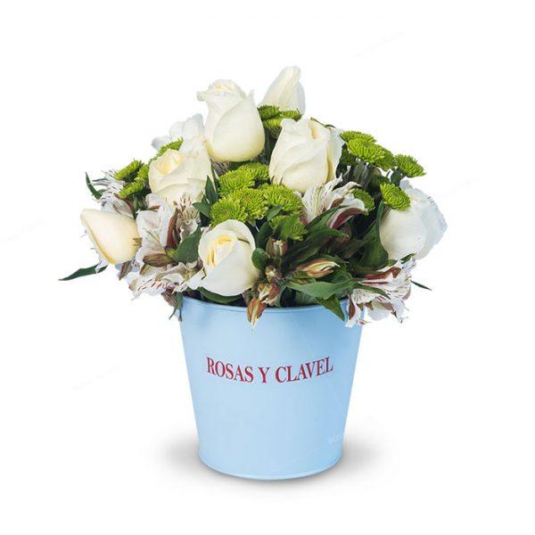 Balde con rosas blancas y astromelias