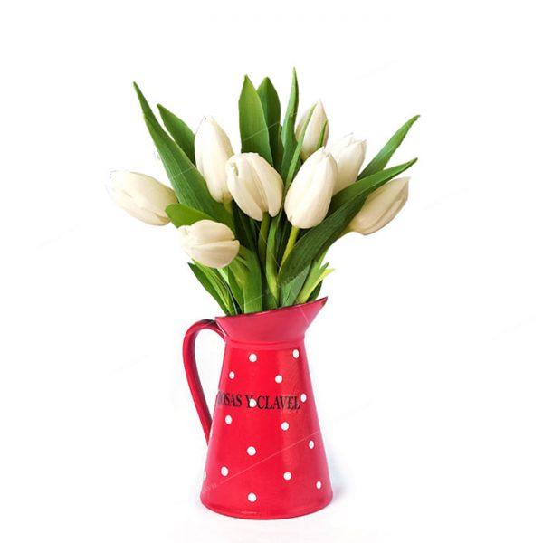 Jarra con tulipanes blancos