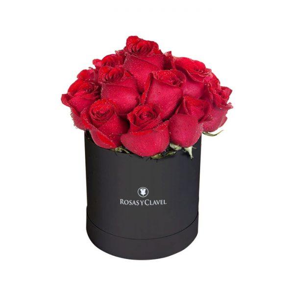 Sombrerera negra con 15 rosas rojas