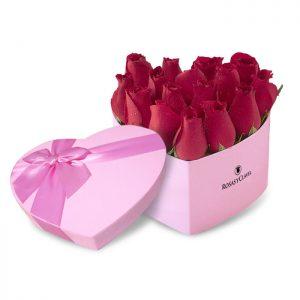 Box corazón rosado con rosas rojas